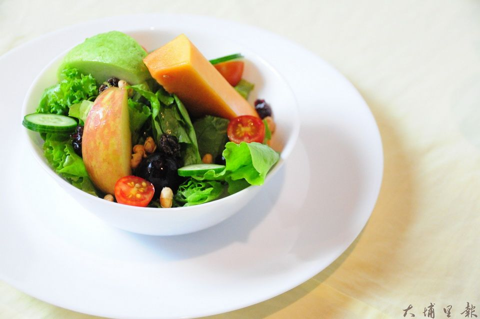 劉冠儀所的沙拉,蔬果來自小農,搭配檸檬酵素與蜂蜜製作的清爽沙拉醬。(曾祥鳳 攝)