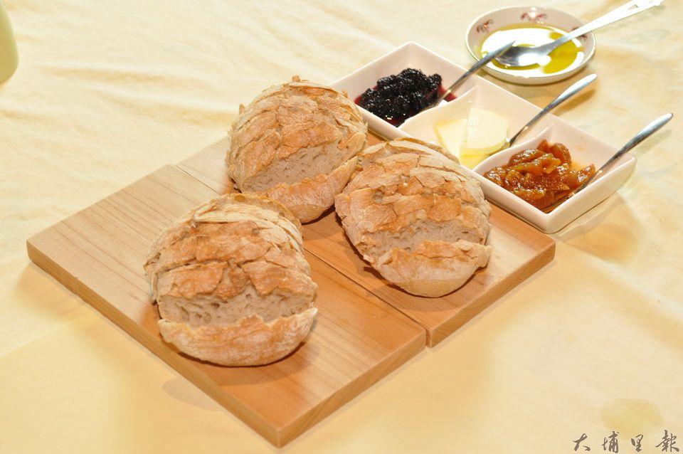 真食廚房劉冠儀所準備的拖鞋麵包,搭配鳳梨醬、伊斯尼奶油、桑椹醬與海鹽橄欖油。(柏原祥 攝)