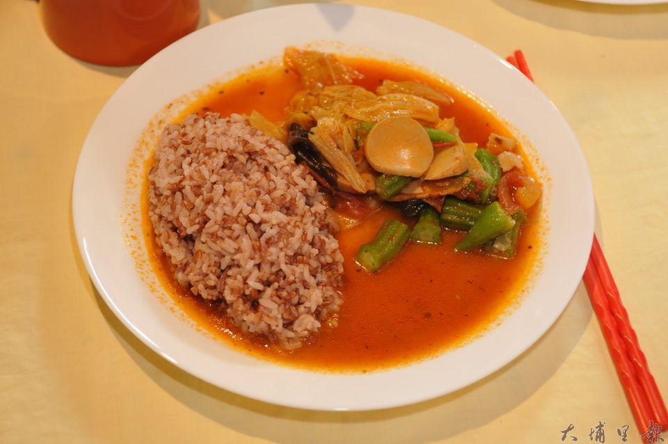 真食廚房劉冠儀所料理的南洋風味咖哩飯,散發獨特的香氣。(柏原祥 攝)