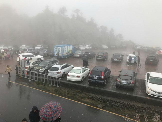 大陸冷氣團來襲,吸引許多民眾上合歡山等雪,武嶺停車場停滿車輛。(民眾提供)