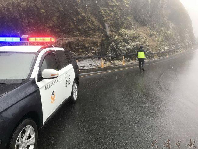大陸冷氣團來襲,吸引許多民眾上合歡山等雪,警方在台14甲線公路疏導交通。(民眾提供)