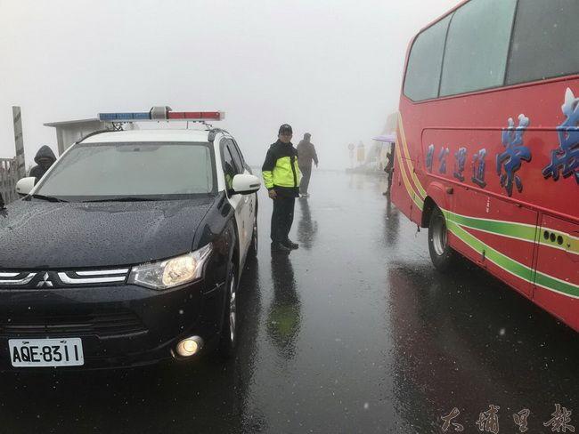 大陸冷氣團來襲,吸引許多民眾上合歡山等雪,若積雪,警方將禁止甲類大客車通行。(民眾提供)