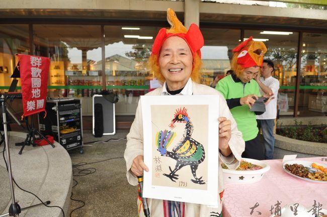 牛耳藝術渡假村創辦人黃炳松準備了林淵「黑金雞」復刻板要贈送,恭賀大家雞年行大運。(柏原祥 攝)
