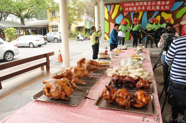 牛耳藝術渡假村準備了雞年創意料理,並贈送火雞刈包至蒙愛陪讀班及炫寬教養家園。(柏原祥 攝)