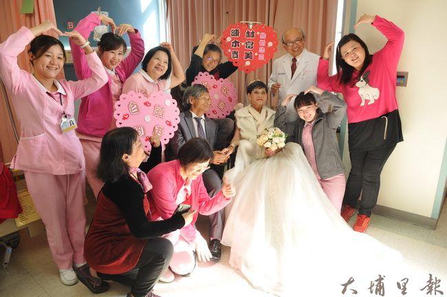 癌末的林富美阿嬤從未穿過婚紗,在埔基醫院護理人員共同協助下,終於完成了心願。(柏原祥 攝)