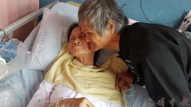 陳木貴、林富美無法說話,但阿公經常貼著罹癌太太的臉給予安慰。(王珮茹提供)