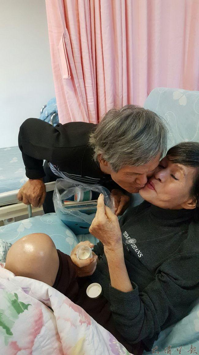陳木貴、林富美無法說話,阿嬤住院後,經常貼著罹癌太太的臉安慰她。(王珮茹提供)