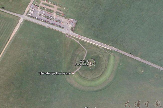 從衛星鳥瞰英國巨石陣遺址,可見到巨石陣周遭幾無人工設施,停車、觀光服務區另闢區塊。(取自google地圖)