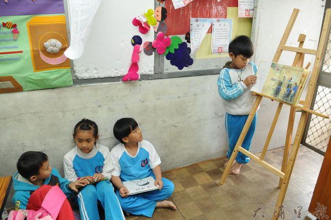 台灣彩虹雙福協會租屋長期為弱勢家庭兒童做補救教學,並鼓勵小朋友上台說故事繪本,培養表達能力與自信。(柏原祥 攝)