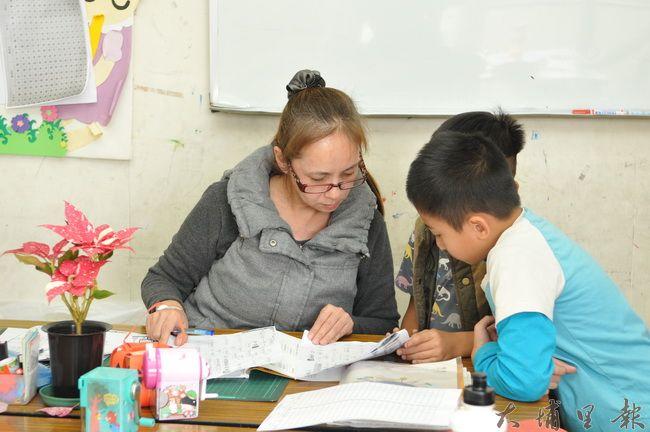 台灣彩虹雙福協會培訓一群有給職的原住民媽媽,為弱勢家庭兒童做補救教學。(柏原祥 攝)