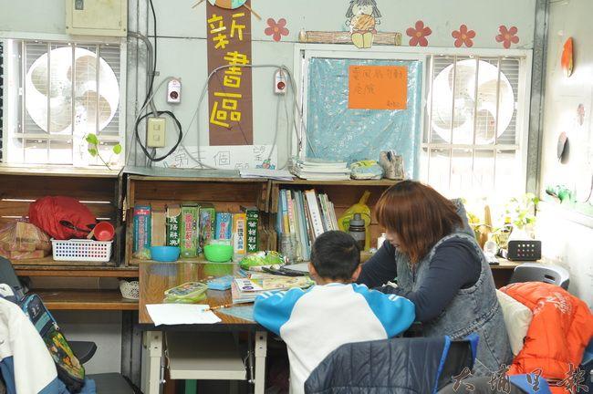台灣彩虹雙福協會課輔教室頂樓為鐵皮屋,為排除熱氣,另外加裝了通風扇。(柏原祥 攝