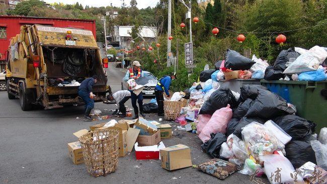 春節開工第一日,仁愛鄉清潔隊開始收運垃圾,單單清境觀光地區,垃圾量就佔了全鄉一半強。(諾爾 攝)