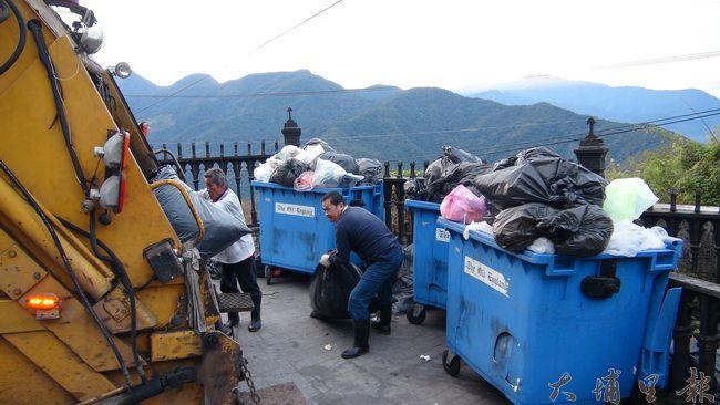 春節開工第一日,仁愛鄉清潔隊開始收運垃圾,部分觀光業者未做好分類,增加清潔隊員困擾。(諾爾 攝)
