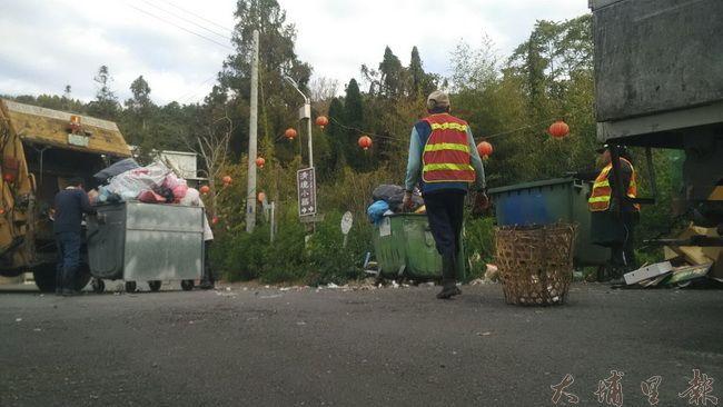 春節開工第一日,仁愛鄉清潔隊開始收運垃圾,需要耗費一個禮拜才能清理完。(諾爾 攝)