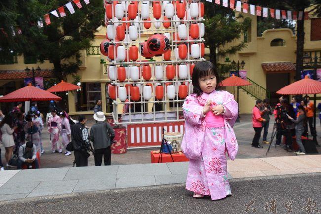 系列活動中有日式浴衣變裝體驗,遊客讓自己的孩子換上日式浴衣,拍照留念。(金城嚴 攝)