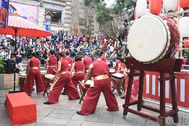 來自新竹的JF太鼓團為九族櫻花祭熱鬧開場。(金城嚴 攝)