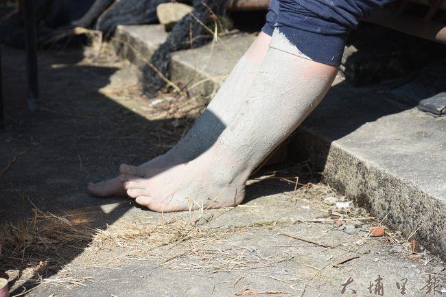 健康安全的泥土,最適合去角質。(金城嚴 攝)