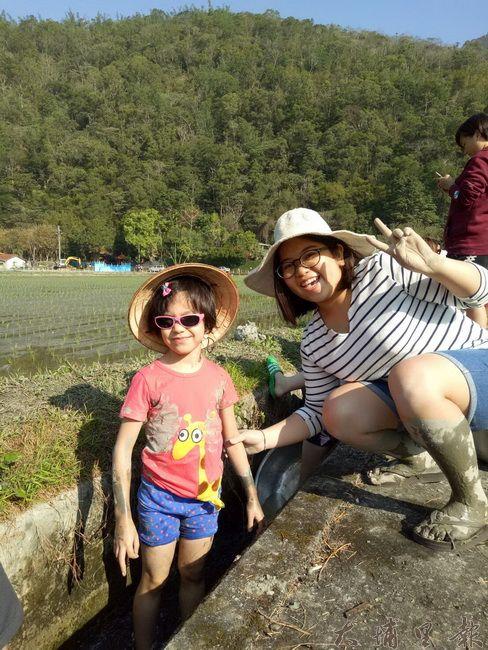 小女孩跳進水圳洗淨身上泥巴,得意的笑容儼然是今日學習最多的人。(穀笠合作社提供)