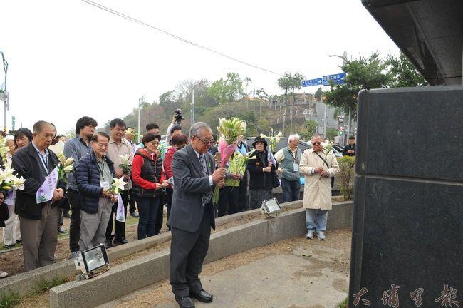 海外228遺屬返鄉團團長王文宏帶領群眾,在埔里烏牛欄戰役前追思二七部隊。(柏原祥 攝)