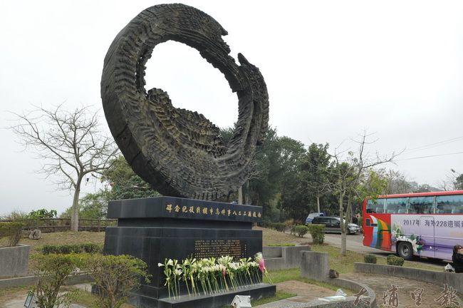 二二八事件烏牛欄戰役紀念碑矗立在愛蘭橋頭,紀念二七部隊對抗專制的歷史。(柏原祥 攝)