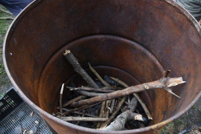 製作生物炭原料—樹枝,用自製鐵爐燃燒製作生物炭。(金城嚴攝)