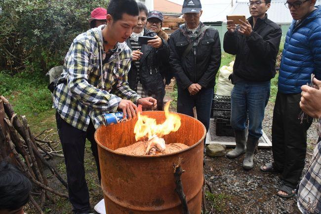 製作生物炭需用火燃燒原料,在明火消失之前注意火勢與進氣量。(金城嚴攝)