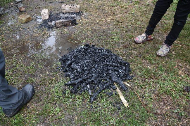 製作生物炭原料—樹枝,燃燒完全之前用大量清水澆熄,成功取得炭。(金城嚴攝)