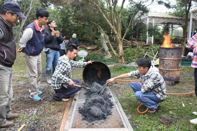 製作生物炭原料—稻殼,燃燒完全之前用大量清水澆熄,成功取得炭。(金城嚴攝)