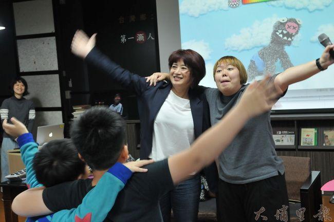 《霾哥來了》動畫首映,立委蔡培慧(中)上台一同跳「我要好空氣舞」。(柏原祥 攝)
