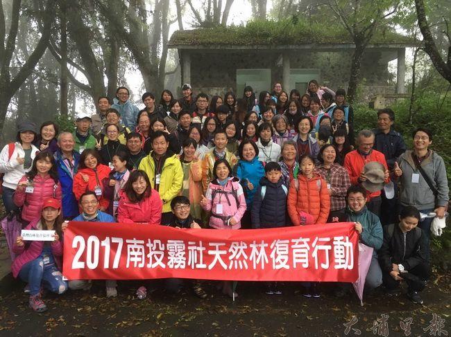 台灣山林復育協會志工們在霧社高峰地區進行天然林復育行動。