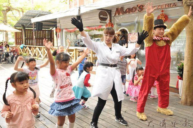 玩劇島大哥哥、大姊姊們在Feeling 18兒童節記者會中帶動唱。(柏原祥 攝)