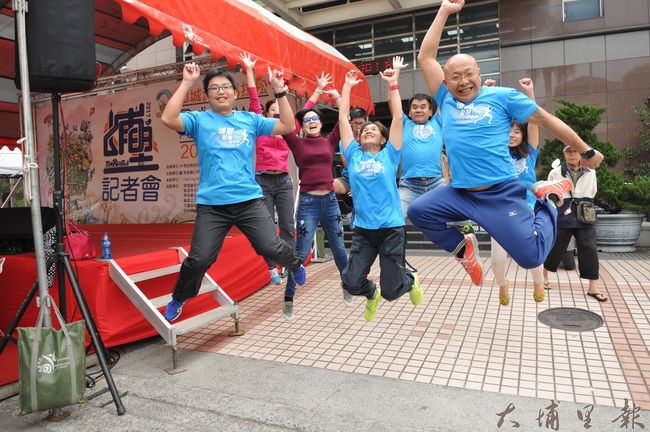 2017山城派對馬拉松即將舉辦,埔里愛跑團員跳高高,準備迎接來自世界各地的跑友。(柏原祥 攝)