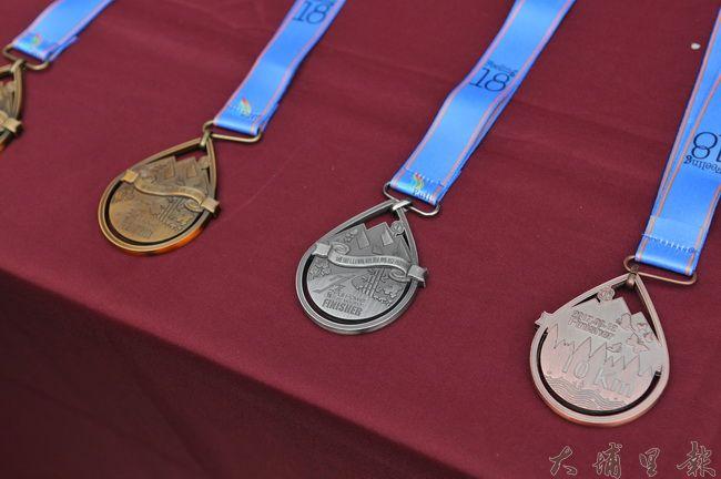 2017山城派對馬拉松全馬金、半馬銀、10公里健康組銅牌(由左至右)。(柏原祥 攝)