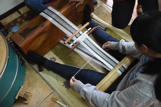 孩子用傳統織布工具專心練習賽德克織布技術。(金城嚴 攝)