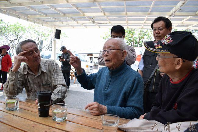 黃家兄弟(右為大哥黃炳松、左為二弟黃炳煌)認真聆聽著烏牛欄戰役警備隊長黃金島講述當年的狀況。(洪健鈞 攝)