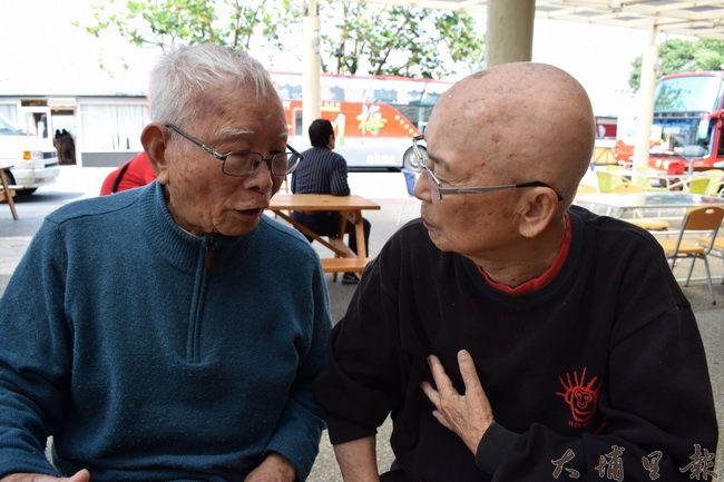 黃炳松(右)聆聽烏牛欄戰役警備隊長黃金島講述當年抗暴的故事。(洪健鈞 攝)