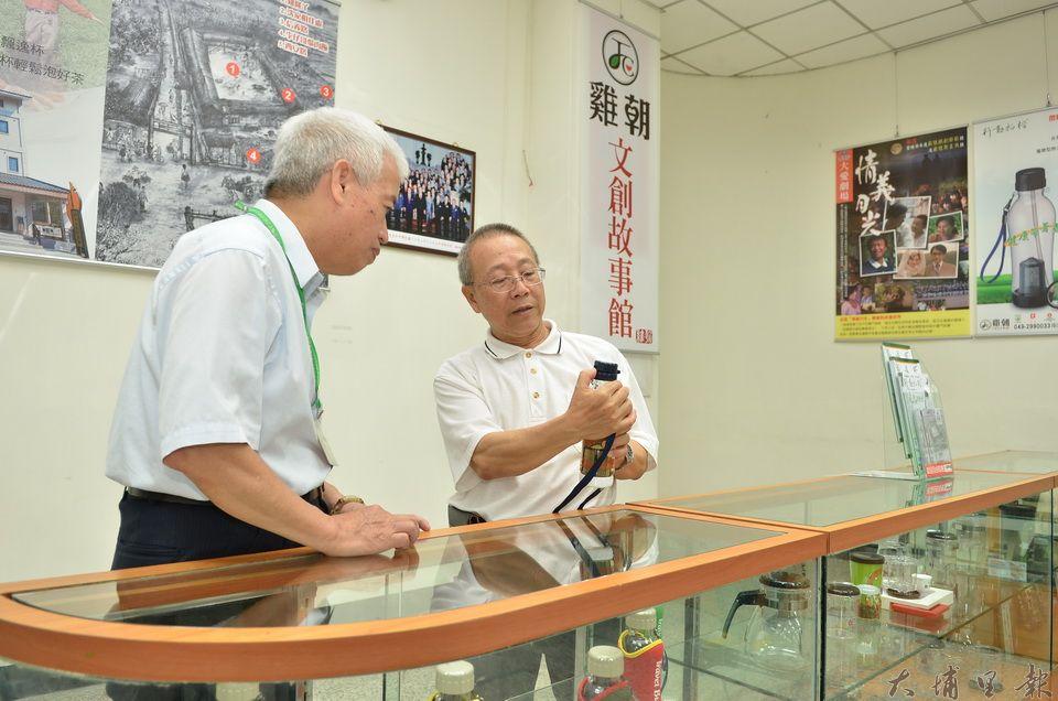 沈順從(右)曾在埔里郵局展出發明作品,並介紹他的創業故事。(柏原祥 攝)