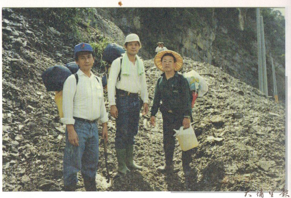 沈順從(右)與慈濟師兄在道格颱風災區救災。(翻攝自《走自己的路》)