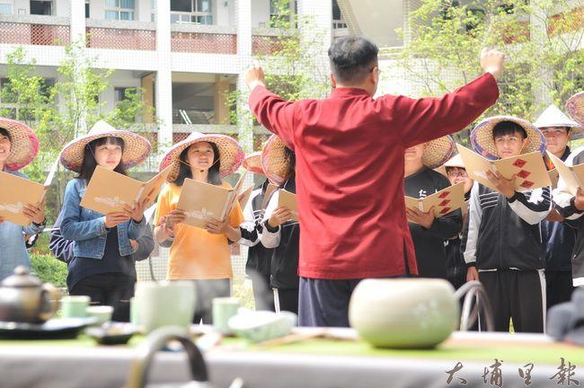 在氤氳茶香之中,仁愛高農合唱團表演《茶山情歌》。(柏原祥 攝)