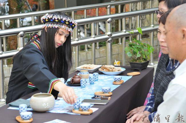 國立仁愛高農農場經營科學生研習茶作與茶道,並在霧社櫻花樹下展現成果。(柏原祥 攝)