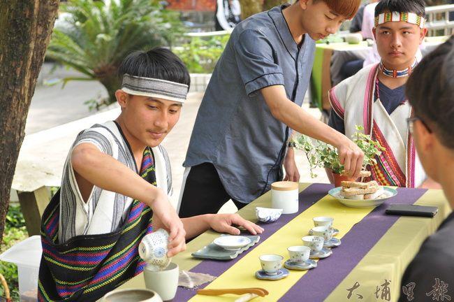 國立仁愛高農農場經營科學生研習茶作與茶道,還在校內展現茶藝成果。(柏原祥 攝)