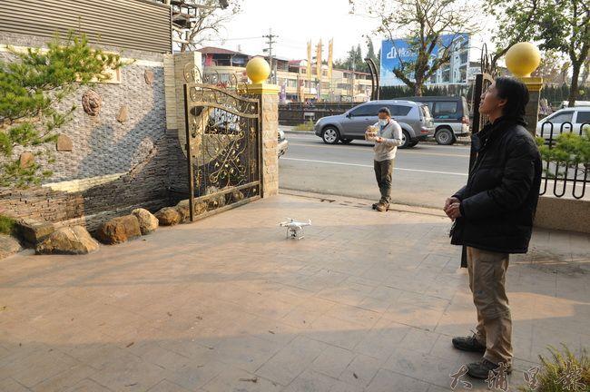 樹木學教師林暐翔(右)觀察茄苳樹王公健康情形,並出動空拍機,觀察樹冠。(柏原祥 攝)