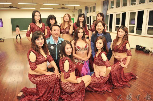 埔里鎮水沙連社大舞蹈教室啟用,舞者們在新教室裡與校長陳清濱、議員林芳伃合影。(柏原祥 攝)