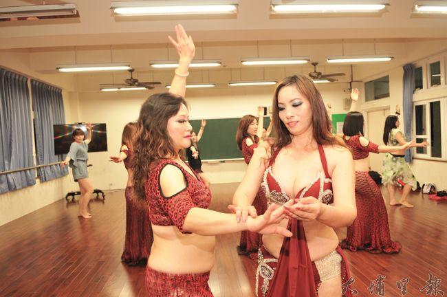 埔里鎮水沙連社大舞蹈教室啟用,教師潘豔紅指導學員動作。(柏原祥 攝)