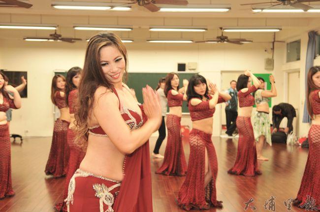埔里鎮水沙連社大舞蹈教室啟用,教師潘豔紅帶動學員跳中東肚皮舞。(柏原祥 攝)