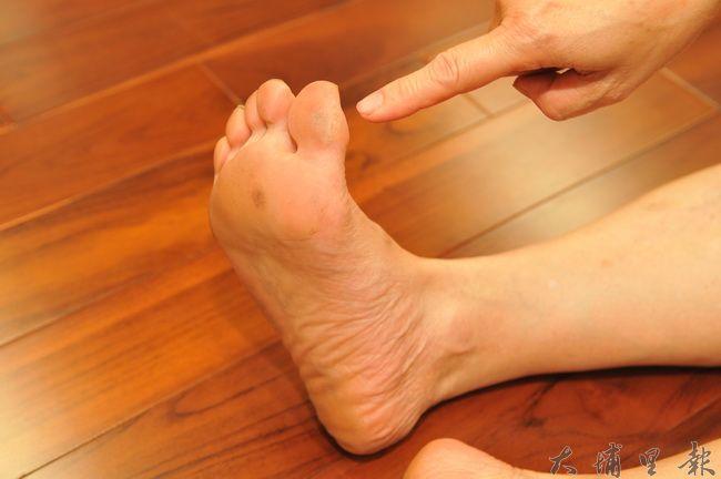 埔里鎮水沙連社大舞蹈教室啟用,在舊教室上課,舞者腳指經常破皮或長繭。(柏原祥 攝)