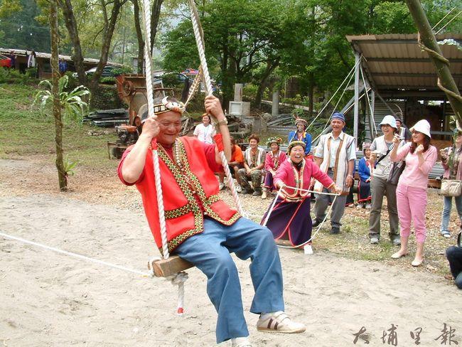 邵族盪鞦韆儀式,由部落毛氏長老主持。(柏原祥 攝)
