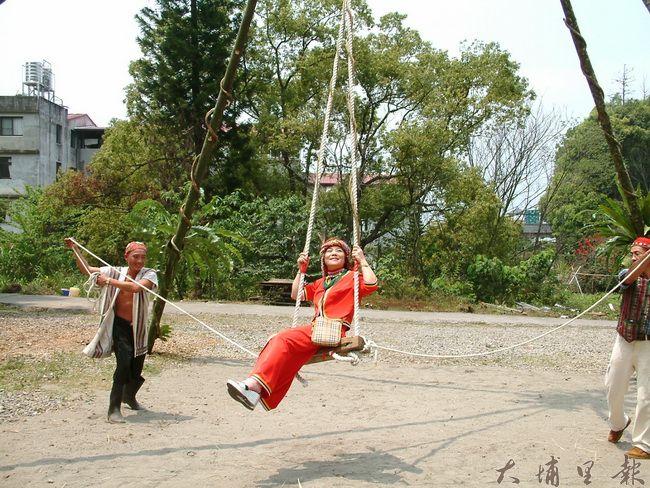 邵族盪鞦韆儀式,祈求稻穗豐收富足、平安過一年。(柏原祥 攝)