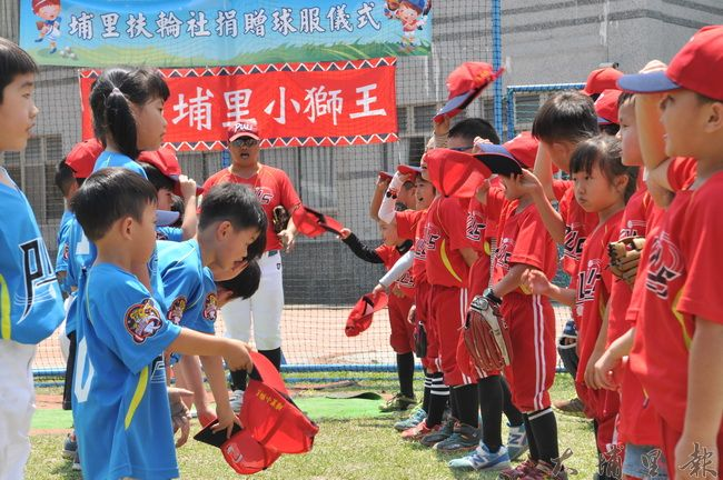 即使是幼棒隊,教練田雨樹仍然要求隊員比賽前後都要答謝對方,表現風度。(柏原祥 攝)