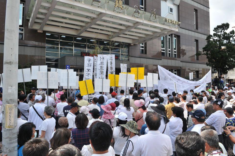 數百位反對鎮公所在第七公墓(鯉魚潭公墓)興建殯儀館的鎮民包圍鎮公所大門口。(柏原祥 攝)